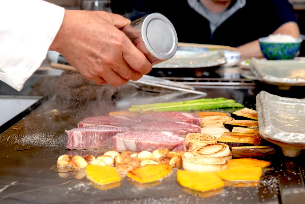 ステーキハウス つじ川 ステーキを鉄板で焼く