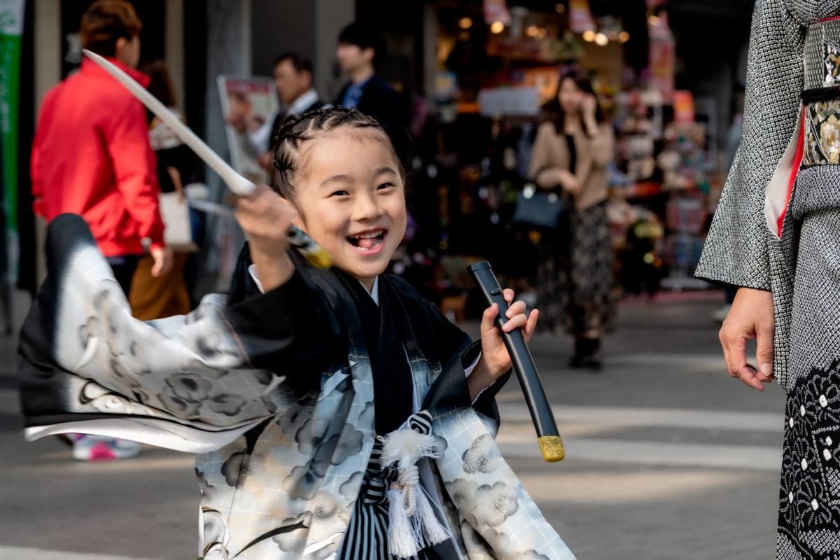 七五三の同伴写真撮影 着付けで池田屋下通り店 加藤神社へ移動中